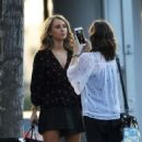 Juno Temple – Filming her new drama series 'Dirty John' in Glendale - 454 x 562
