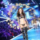 Barbara Fialho – 2018 Victoria's Secret Fashion Show Runway in NY - 454 x 649