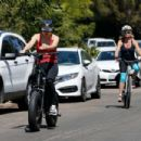 Kate Hudson and Goldie Hawn – Bike riding together in Pacific Palisades - 454 x 303