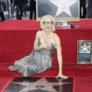 Gillian Anderson – Honored with a Star on The Hollywood Walk of Fame in Hollywood - 454 x 303