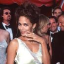 Halle Berry At The 70th Annual Academy Awards (1998) - 279 x 400