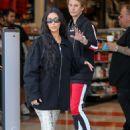 Kim Kardashian – Films a scene for KUWTK in Thousand Oaks