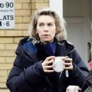 Vanessa Kirby – with her parents checking out Georgian style 3 story house in North London - 454 x 559