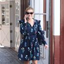 Reese Witherspoon at Brentwood Country Mart - 454 x 688