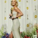 The 76th Annual Academy Awards: Charlize Theron pose with your Oscar statuette in 2004 - Press Room - 386 x 600