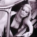 Claudia Schiffer - Vogue Magazine Pictorial [Italy] (April 2000) - 454 x 706