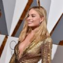 Margot Robbie At The 88th Annual Academy Awards - Arrivals (2016) - 454 x 302