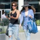 Halle Berry in Jeans Grabs Lunch in Los Angeles - 454 x 606