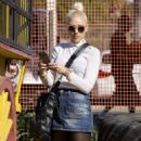Gwen Stefani at the Pumpkin Patch in Los Angeles - 454 x 824