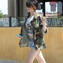 Paris Jackson & Mother Debbie Rowe Out For Lunch In Palmdale - 381 x 594