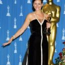 Julia Roberts - Black and white Valentino dress - The 73rd Academy Awards on March 25, 2001 - 284 x 466