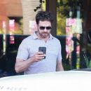 Gerard Butler is seen at Ollie's Duck & Dive Restaurant in Malibu, California on July 2, 2016 - 454 x 370