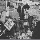 Elvis Presley, Mary Tyler Moore - 454 x 313