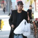 Evan Ross stops to pick up some lunch to go in Sherman Oaks, California on December 19, 2014 - 454 x 593