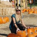 Paris Hilton - At The Pumpkin Patch In Beverly Hills, 2009-10-28