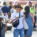 Julie Bowen at farmers market in Los Angeles - 454 x 780