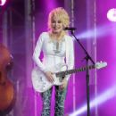 Dolly Parton performs at 'Jimmy Kimmel Live' on October 3, 2016 - 454 x 588
