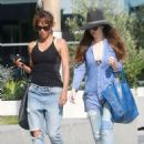 Halle Berry in Jeans Grabs Lunch in Los Angeles - 454 x 613