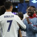 Ronaldo spoke to the American rapper will.i.am prior to the presentation after he somehow found his way back onto the pitch - 454 x 335