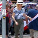 Julie Bowen on 'Modern Family' set in Los Angeles - 454 x 626