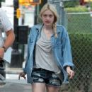 Dakota Fanning, Elizabeth Olsen, Richard Dreyfuss in movie set