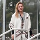 Hilary Duff running errands Out in Los Angeles October 17, 2016 - 454 x 576