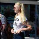 Sophie Turner Out Shopping in Los Angeles 08/23/2016 - 454 x 580