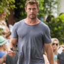 Chris Hemsworth and Elsa Pataky – Spotted going barefoot for breakfast in Byron Bay - 454 x 802