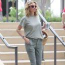 Julia Roberts – Shopping at Starbucks in Malibu - 454 x 681