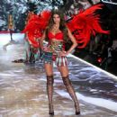 Taylor Hill – 2018 Victoria's Secret Fashion Show Runway in NY - 454 x 444