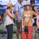Elsa Pataky, Chris Hemsworth and Matt Damon at a local park in Byron Bay - 454 x 593