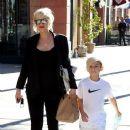 Gwen Stefani strolls through Beverly Hills with her son, Kingston Rossdale - 383 x 594