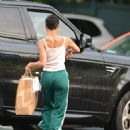 Zoe Kravitz – Picks up some Mexican take out food in Bedford - 454 x 586