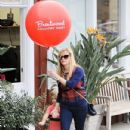 Reese Witherspoon at the Brentwood Country Market with her hubby and their son Tennessee in Brent wood, California on December 10, 2016 - 432 x 600