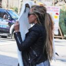 Amanda Bynes takes her bizarre behavior to New York City, where she plays camera shy with a large white scarf, before hopping in a cab to Midtown November 28, 2012