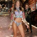 Lorena Rae – 2018 Victoria's Secret Fashion Show Runway in NY - 454 x 681