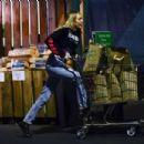 Miley Cyrus – Shopping in Sherman Oaks