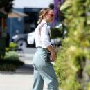 Natalie Portman – Running errands in Los Angeles