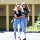 Miley Cyrus und Kaitlynn Carter in Jeans - Out in Los Angeles
