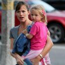 Jennifer Garner And Violet Go Have Dinner With Her Alias Costar Victor Garber In LA - August 23 2009 - 454 x 660