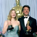 Jodie Foster and Dustin Hoffman At The 61st Annual Academy Awards (1989) - 454 x 552