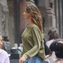 Gisele Bundchen in Jeans Out in New York - 454 x 569