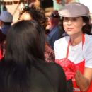 Minnie Driver – Los Angeles Mission Hosts Thanksgiving Event For The Homeless - 454 x 350