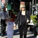 Gwen Stefani strolls through Beverly Hills with her son, Kingston Rossdale - 399 x 594
