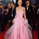 Pink Ralph Lauren´s dress of Gwyneth Paltrow in 71 Academy Awards in 1999 - 300 x 400