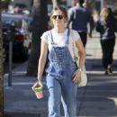 Zoey Deutch–Grabs a juice in Los Angeles