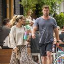Chris Hemsworth and Elsa Pataky – Spotted going barefoot for breakfast in Byron Bay - 454 x 602