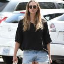 Elizabeth Olsen in Shorts at grocery shopping in Los Angeles - 454 x 890