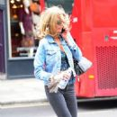 Donna Air – Shopping on the Kings Road in London - 454 x 752