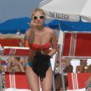 Elisha Cuthbert In A Bikini Gives Paparazzi The Finger In Miami Beach(12/31/07)